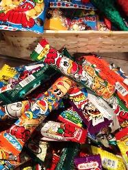100種類近くある駄菓子は1時間チャージ500円で食べ放題!