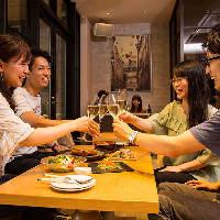 お仲間との飲み会にぴったりのラウンジのような寛ぎ空間!
