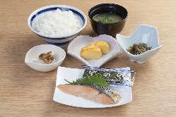 朝10時まで販売の朝食メニュー。朝うどん・そばも350円で販売。