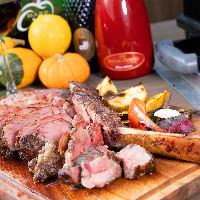 塊肉を豪快に焼き上げれば、テーブルのボルテージも急上昇!