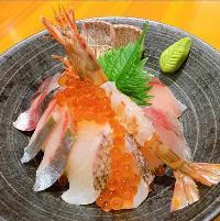 人気の海鮮丼各種取り揃えております!