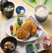 【熱々鍋を囲んで】 鶏の旨味とだしの深いコクが絶品のもつ鍋
