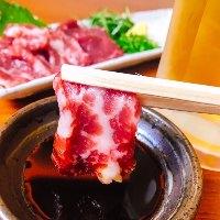 特選赤味を使用した馬刺は田しゅう自慢の一品!
