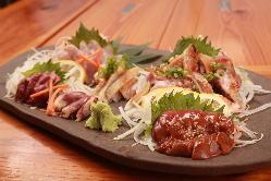 宮崎の「飛来幸地鶏」を使用した、豪華刺身の盛り合わせは必食!