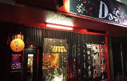 赤と黒のコントラストが目を引く当店。煌びやかな照明が目印です