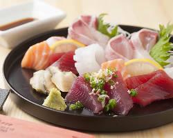 鹿児島地鶏の刺身や、地魚の刺身など鹿児島料理も充実!