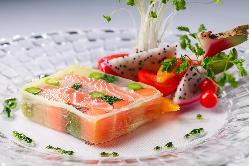 美味しさだけでなく、目でも楽しめるこだわりの絶品料理。