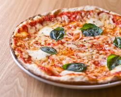 熱々のピッツァをお席までお届け致します!!