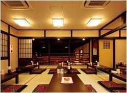 田中五差路近くに位置し駐車場も完備。総席数133席の広々空間