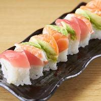 色鮮やかなレインボーロールなどお酒と一緒に楽しめる創作寿司!