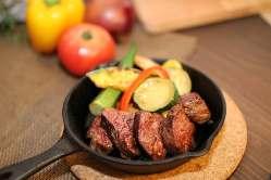 牛さがりのステーキ、海の幸のパエリア風など食べ応えのある料理