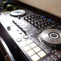 【DJブース】 プロ仕様のデジタルDJ設置。プロのプレイを満喫!