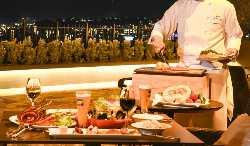 テラスでは目の前で調理するグリル料理を楽しむことができます