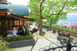 解放感あふれる洗練された空間と城山の自然に包まれたレストラン