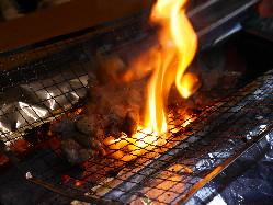 豪快に焼き上げる炭火焼き