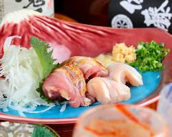 桜島の器に盛り付けた見た目も美しい「地鶏の刺身盛り合わせ」