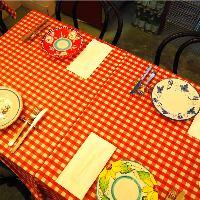 テーブルクロスや食器にまでこだわりが。異国の風を感じて…。