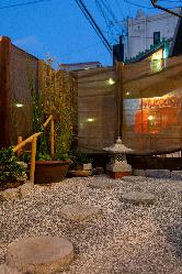 日本庭園を構えた落ち着きのある店内で食事とお酒が楽しめます