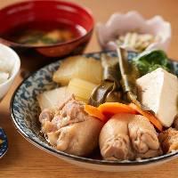 じっくりコトコト煮込んだ柔らかテビチや根菜が美味しい定食