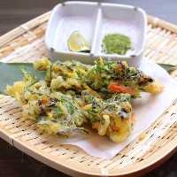 当日入荷した旬の島野菜で作る島野菜天ぷらは抹茶塩でどうぞ!