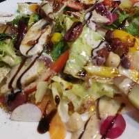 新鮮野菜を種類豊富に使った『クークーサラダ』は前菜としても◎