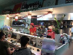 カウンター席ではベトナム人シェフの調理の様子を見ながら一杯♪