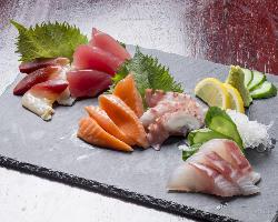 地元で獲れた鮮度抜群な旬の魚介。まずは刺身でご堪能ください