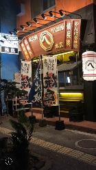 お店のロゴの提灯と、焼鳥、炭火焼と書かれたのぼりが目印!