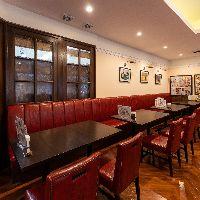 【空間】 赤いソファーがレトロなカフェの雰囲気を演出します