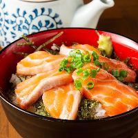肉厚の長崎産『サーモン丼』は〆に最高!出汁のお茶漬けも美味◎