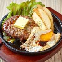 しっかりと味の付いたハンバーグは肉汁があふれるジューシーさ!