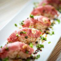 【肉寿司】 赤身と脂身のバランスが良い肉を軽く炙ってご提供。