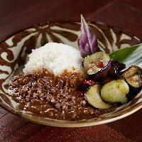 島野菜をたっぷりと使ったカレーはとろみがあり食べごたえも◎