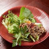 牛肉の食べごたえと瑞々しい野菜のコラボレーションを前菜に!