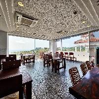 大判なガラス張りの壁で開放的な雰囲気!海が臨める空間です