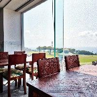 【ロケーション】 大きな窓からは海が臨める開放的で明るい空間