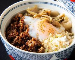 八角等のスパイスの香りただよう台湾式肉そぼろ飯。