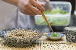 スープは枕崎産の鰹節、野菜や醤油などは南九州産のものを使用。