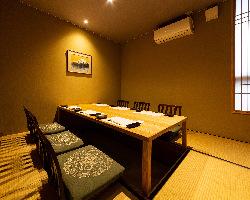 6名様用の完全個室。 掘り炬燵なので足も伸ばせてゆったり食事