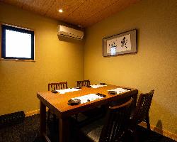 4名様用のテーブル個室。 離れですので接待や会食にも最適