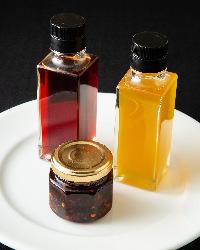巴蜀特製ラー油・白いラー油・粗挽きラー油は各500円(税込)