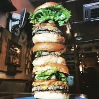 約30cmほどの高さのハンバーガー!チャレンジしてみてね!