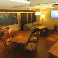 2階のお席はソファー席・テーブル席を完備しております。