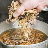 鯖節と鰹節の合わせ出汁で作るつゆは香り高くさっぱりとした甘さ