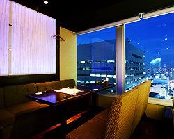 地上130mのTOKYO夜景を映し出す 店内は個室とソファラウンジが主役