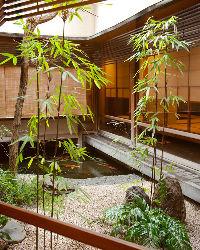 四季折々の彩りを見せる中庭など、和の風情と趣を感じさせる空間