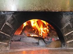 薪窯で焼き上げる本格ピッツア