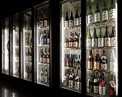 定番酒や希少酒、限定酒など300種以上の地酒を取り揃えています