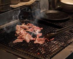 アツアツジューシーに焼いた六白黒豚を絶品の炭焼き黒ぶた丼で!