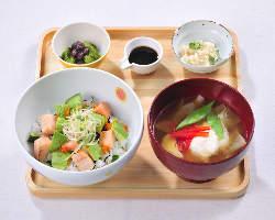 どんぶりとハヤシご飯は全品お味噌汁とおばんざいと甘味付き。